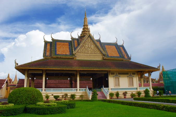 Things to do in phnom penh, royal palace blogger